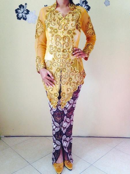 Kebaya Pengantin Modern Warna Gold Emas Dan Rok Batik Wiru