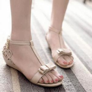 Model Sandal Flat Terbaru Warna Cream Cantik dan Modis