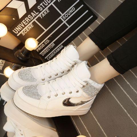 Sepatu Boots Bertali Wanita Warna Putih Modern dan Terbaru