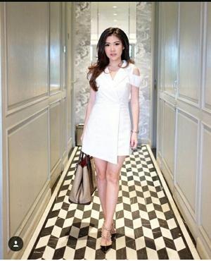 Baju Jumpsuit Pendek Wanita Warna Putih Model Terbaru Cantik Modern ala Korea