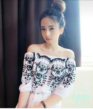 Baju Atasan Wanita Blouse Model Sabrina Warna Putih Motif Cantik Modern Terbaru