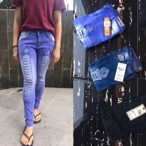 Model Celana Panjang Jeans Sobek Tempel Wanita